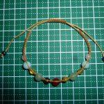 マクラメブレスレットと蝋引き紐。マクラメは糸選びが難しいです・・・